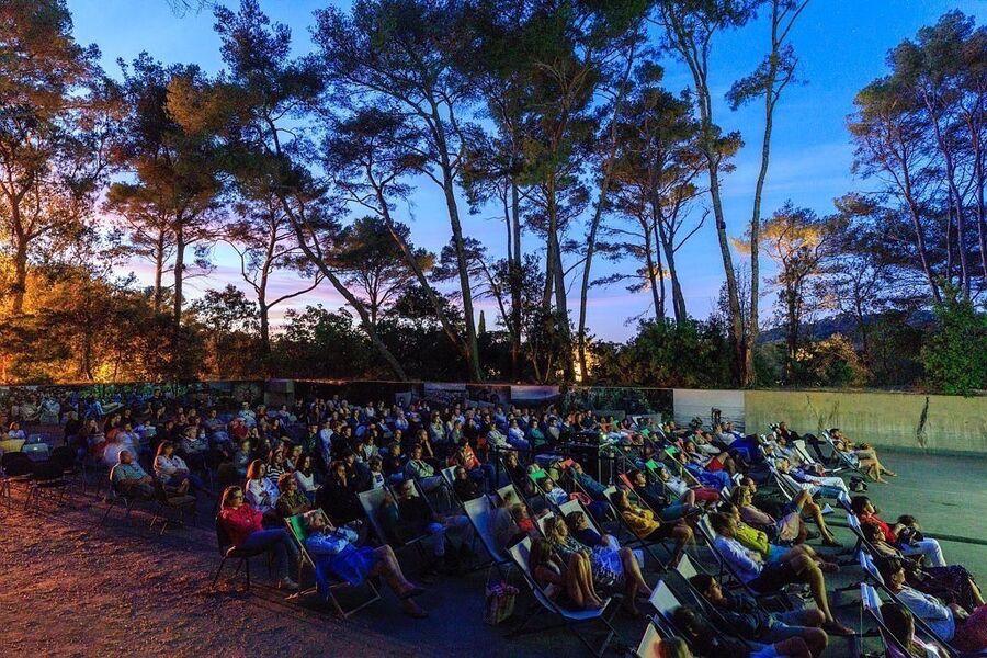 Outdoor cinema Villa Carmignac à Hyères - 0