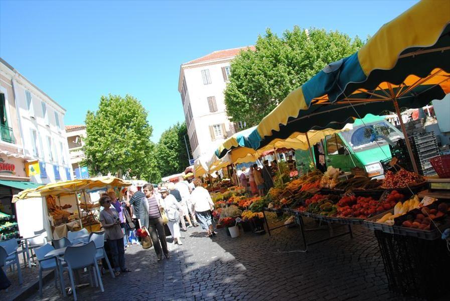 Market in  Carqueiranne à Carqueiranne - 1